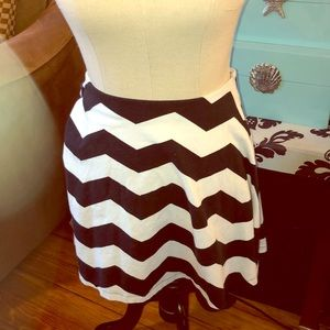 Express white & black zig zag skirt L